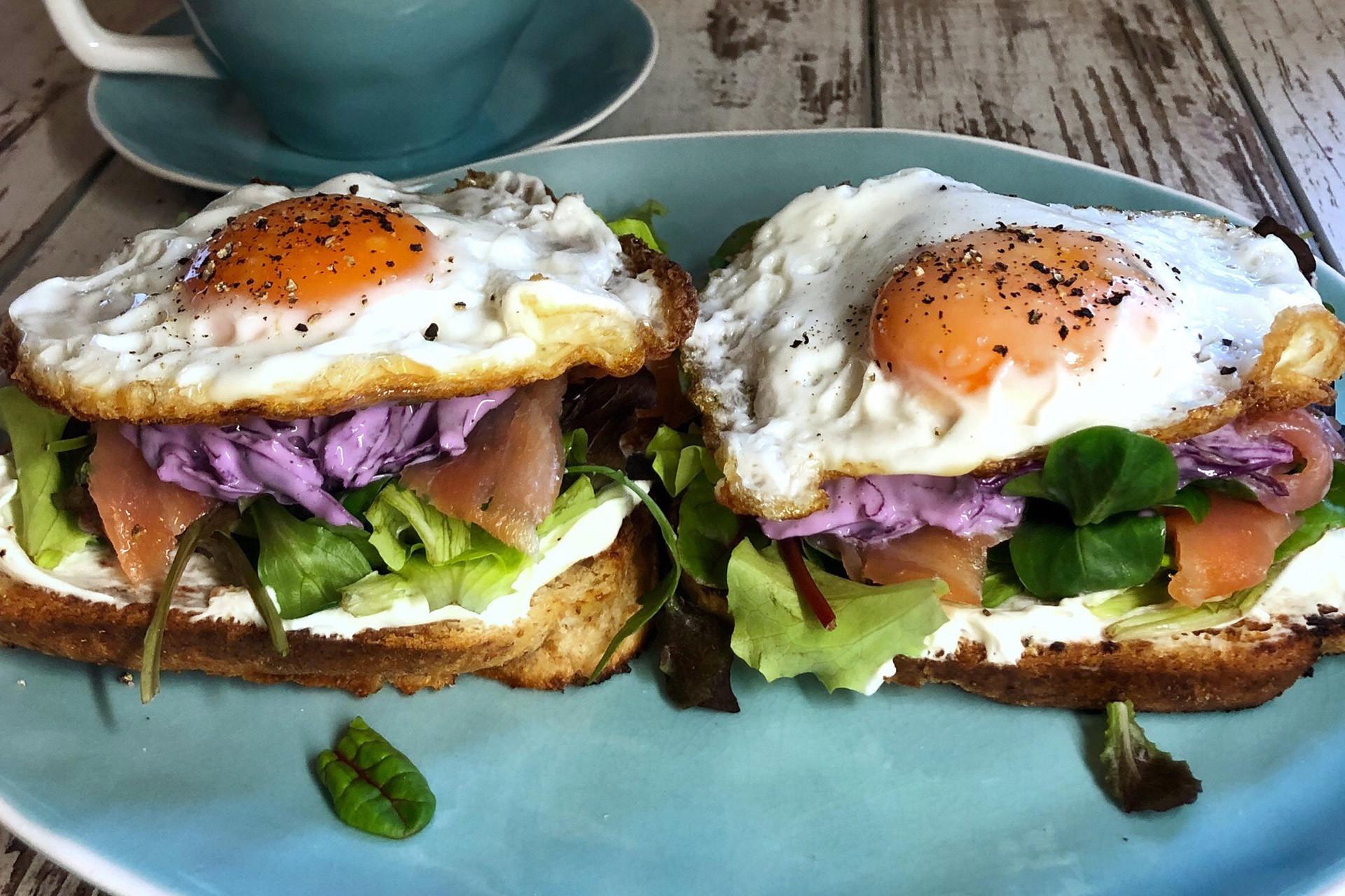 sendvič sa dimljenim lososom-doručak-sendvič-jaja na oko-salata od crvenog kupusa-salata-dimljeni losos-tost hleb-obrok sendvič-zdrav sendvić-baby mix salata-doručak recepti-recepti za doručak-recept doručak-klub zdravih navika-iceberg salat centar