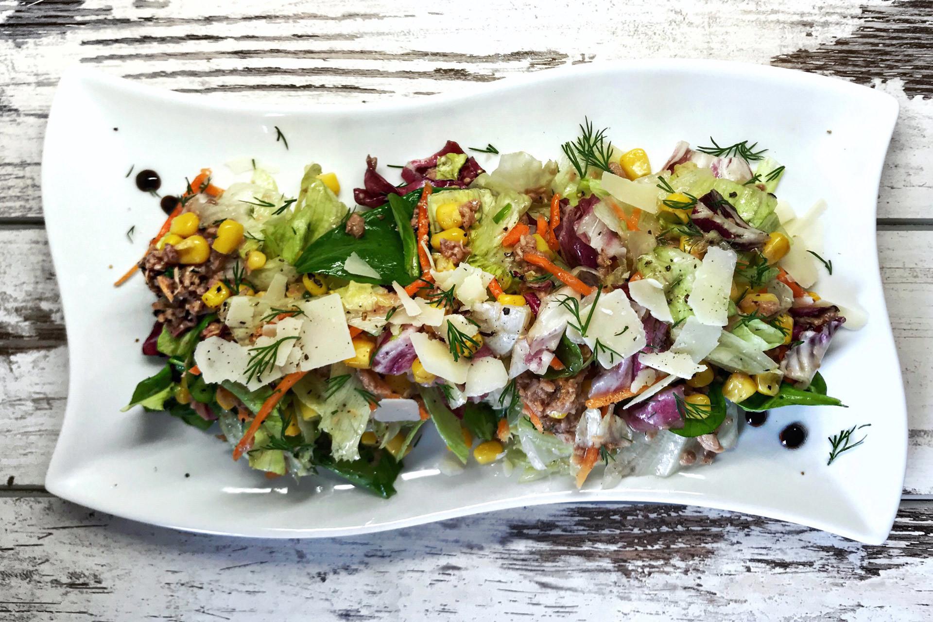 salata od tunjevine-tunjevina-salata-obrok salata-Mediteranea salata-Mediteranea-baby spanać-kukuruz šećerac-dijetalna hrana-klub zdravih navika-iceberg salat centar