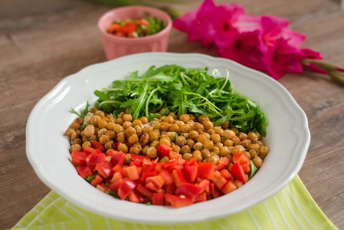 leblebija-pečena leblebija-salata sa leblebijom-salata od leblebije-vegan-vegeterijanska ishrana-proteini-obrok-jelo-ručak-užina-Iceberg Salat Centra-rukola