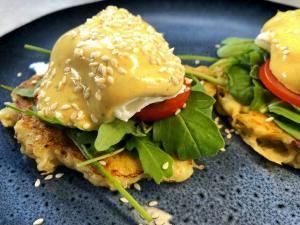 poširana jaja-jaja-doručak-jelo-obrok-bearnez sos-pljeskavice od krompira-baby spanać-recept-Iceberg Salat Centar