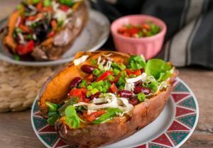 slatki krompir-batat-batat punjen svežim povrćem-punjeni batat-krompir-ručak-obrok-jelo-recept-večera-Iceberg Salat Centar