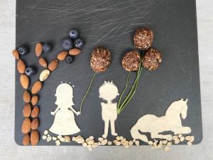 sirove kuglice-sirov kolač-sirov slatkiš-raw-sirove kuglice sa borovnicama-slatkiš-dezert-borovnice-kolač-užina-urme-lešnik-recept-jelo-Iceberg Salat Centar