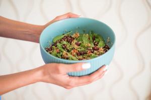 salata sa kinoom-posna salata-posne salate-sveti nikola-slava sveti nikola-posno-vegan-kinoa-salata-recept-ručak-večera-glavno jelo-prilog-obrok-iceberg salat centar-klub zdravih navika-totally wellness