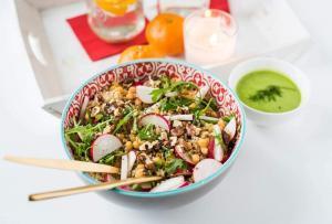 salata-orah-leblebija-kinoa-salata sa kinoom-salata sa leblebijom-vegan-raw-zdravo-salata za ručak-obrok salata-obrok-ručak-večera-užina-predjelo-glavno jelo-prilog-totally wellness-iceberg salat centar-klub zdravih navika-recept