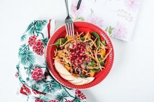 bundeva-salata-nar-salata sa budevom i narom-salata sa bundevom-baby spanac-rendana šargarepa-obrok salata-obrok-ručak-klub zdravih navika-vegan-recept-iceberg salat centar-zdravo-večera