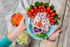 vitaminska salata-salata sa šargarepe-salata-prilog-predjelo-ručak-večera-klub zdravih navika-veseli zalogaji-iceberg salat centra