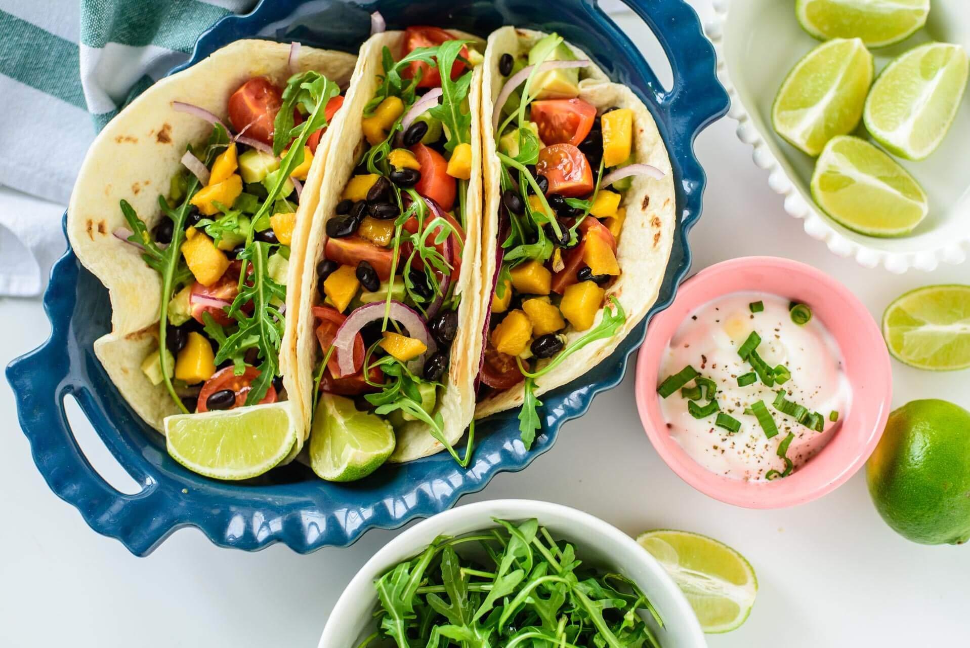 Meksički takosi sa mangom i crnim pasuljem