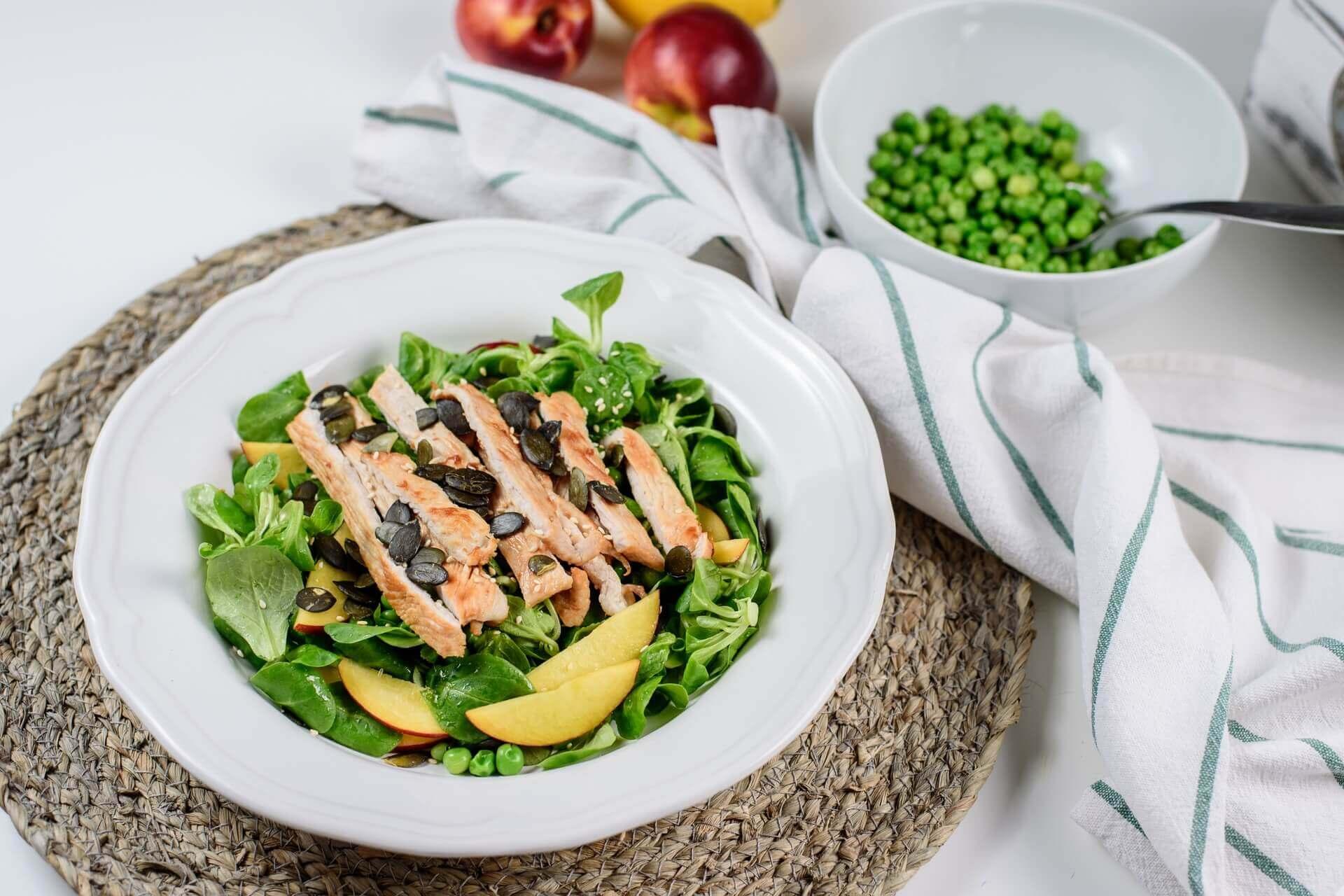 letnja salata, klub zdravih navika, kzn, letnja salata klub zdravih navika, letnja salata kzn, salata sa nektarinom, salata sa curetinom, cureca salata, rucak, slano, zdrav obrok, Iceberg Salat Centar