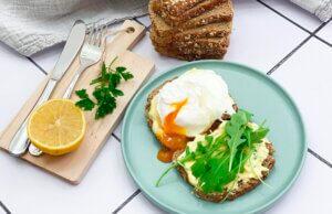 poširano jaje, klub zdravih navika, kzn, poširano jaje klub zdravih navika, poširano jaje kzn, poširati jaja, jaje pripremljeno u ključaloj vodi, ulupati jaja, skuvati jaja bez ljuske, namaz od sira, kurkume, peršuna, slano, doručak, predjelo, Iceberg Salat Centar